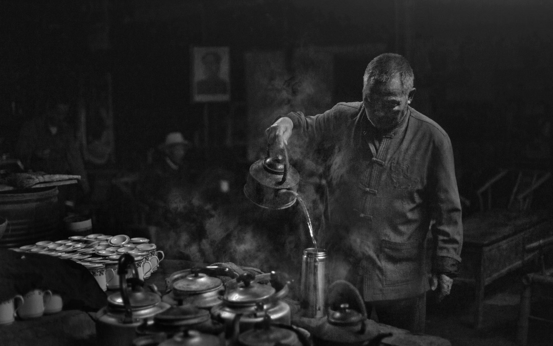 Китайский чайный дом, © Александрино Лэй АРОСА, 1-е место в категории «Люди и животные», профессионал, Фотоконкурс «Зебра» — Zebra — Чёрно-белый фотограф года