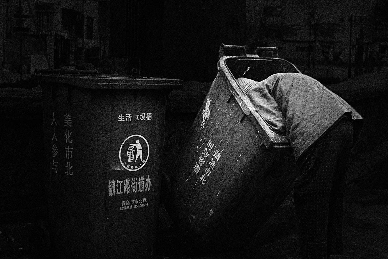 Поиск, © Сонги Суи, 3-е место в категории «Фотожурналистика / Документалистика», профессионал, Фотоконкурс «Зебра» — Zebra — Чёрно-белый фотограф года