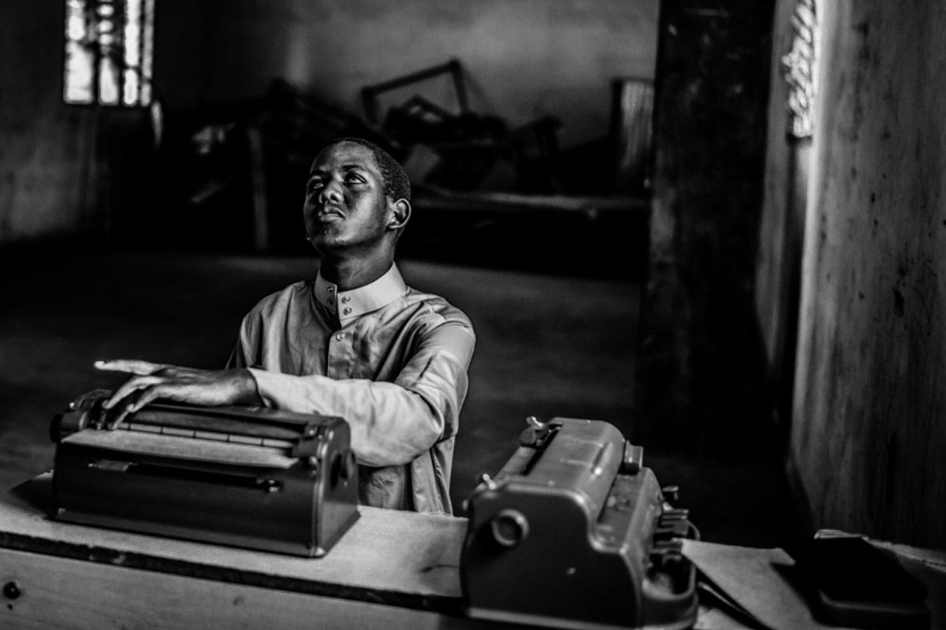 Тройной риск и всё ещё светло, © Эдуардо ЛОПЕС МОРЕНО, 3-е место в категории «Люди и животные», непрофессионал, Фотоконкурс «Зебра» — Zebra — Чёрно-белый фотограф года