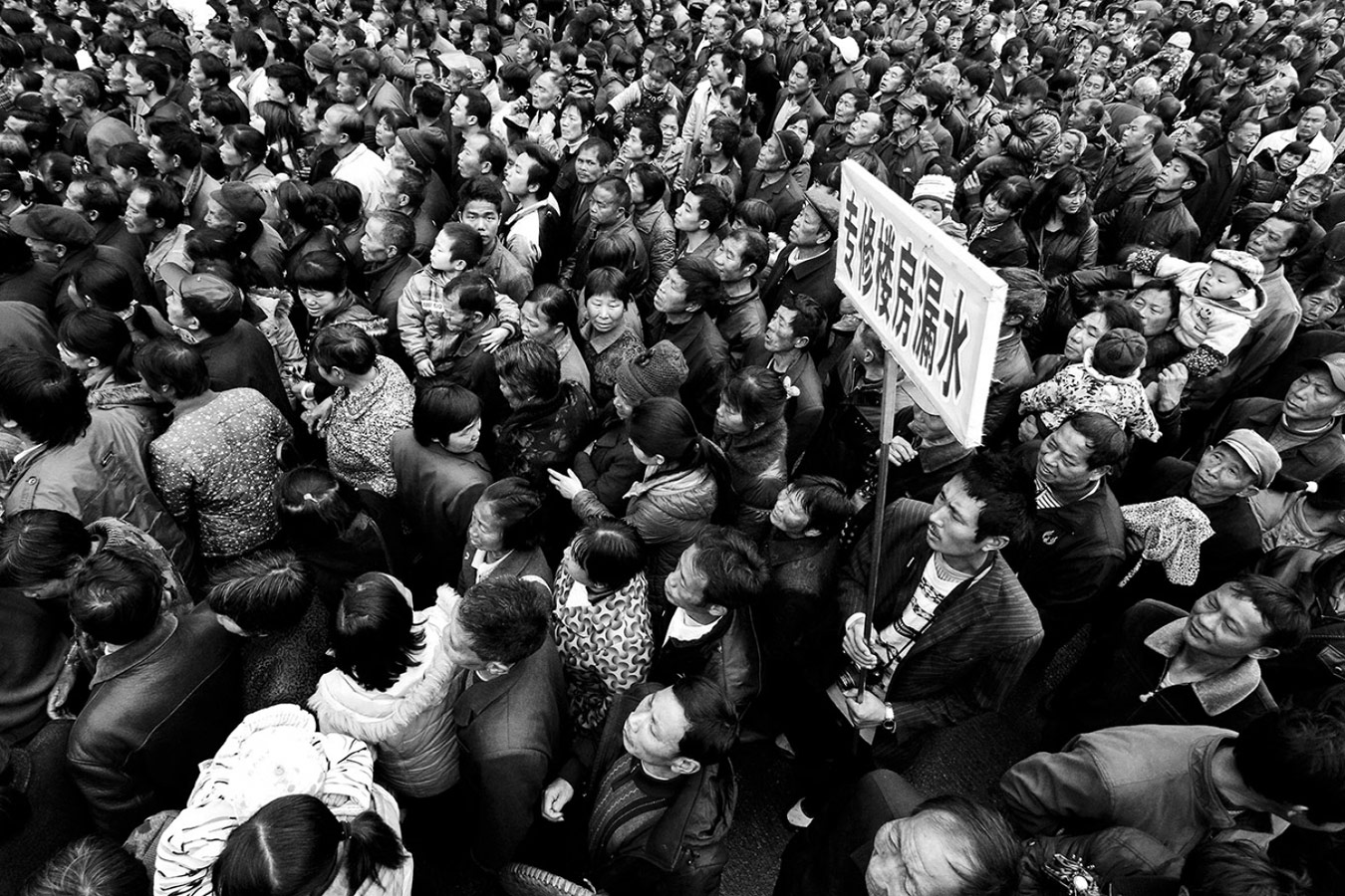 Объявление, © Цян ЧЭН, 1-е место в категории «Фотожурналистика / Документалистика», непрофессионал, Фотоконкурс «Зебра» — Zebra — Чёрно-белый фотограф года
