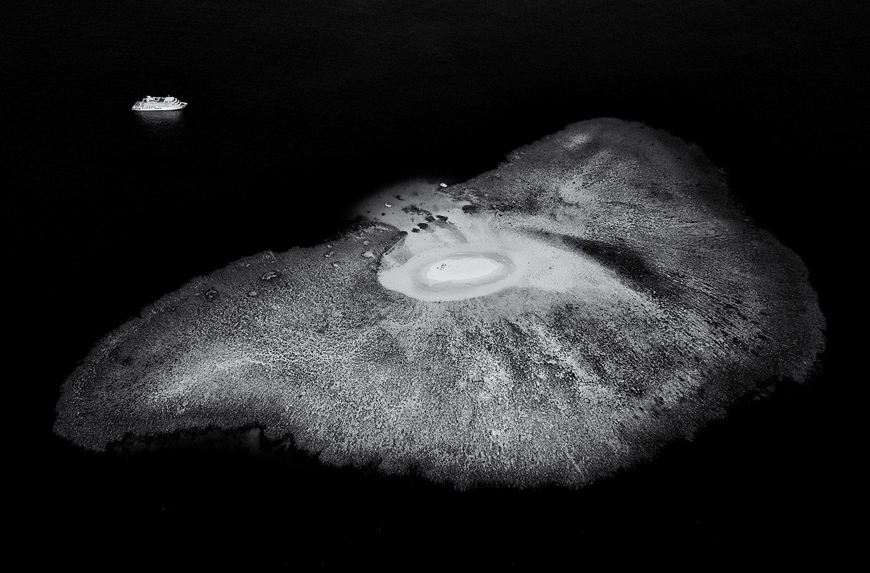 Прибытие, © Стюарт Чапе, 2-е место в категории «Художественная фотография», профессионал, Фотоконкурс «Зебра» — Zebra — Чёрно-белый фотограф года