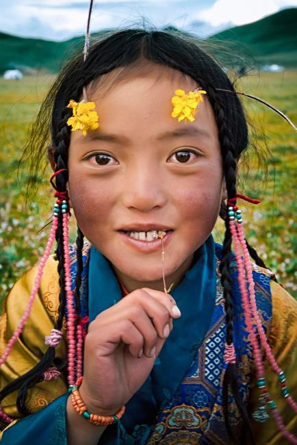 Тибетская девушка с полевыми цветами